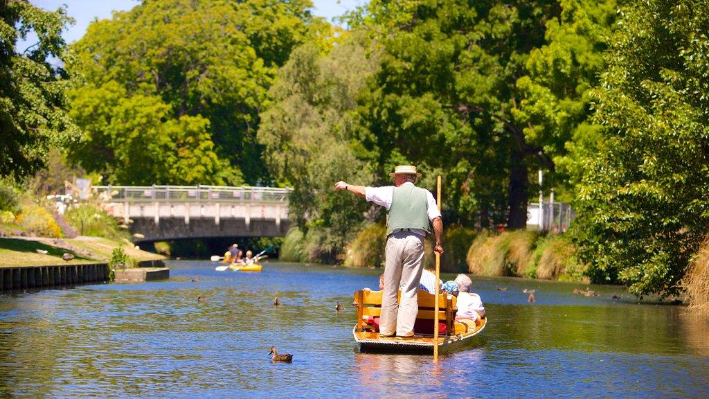 Punting on the Avon que incluye una góndola y un río o arroyo y también un pequeño grupo de personas