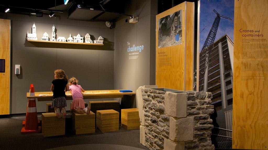 Christchurch mostrando vistas interiores y también niños