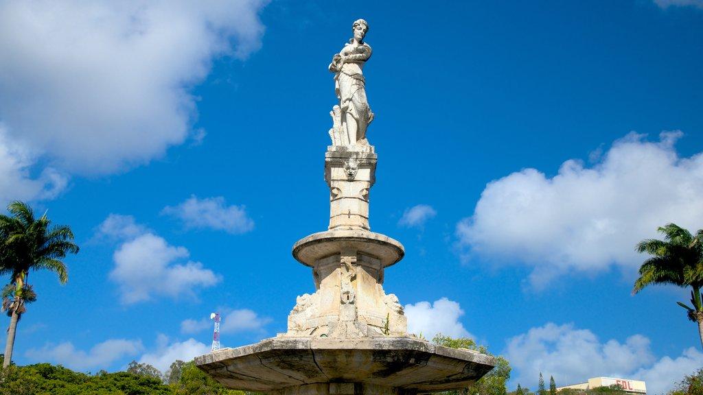 Plaza de los Cocoteros ofreciendo una estatua o escultura