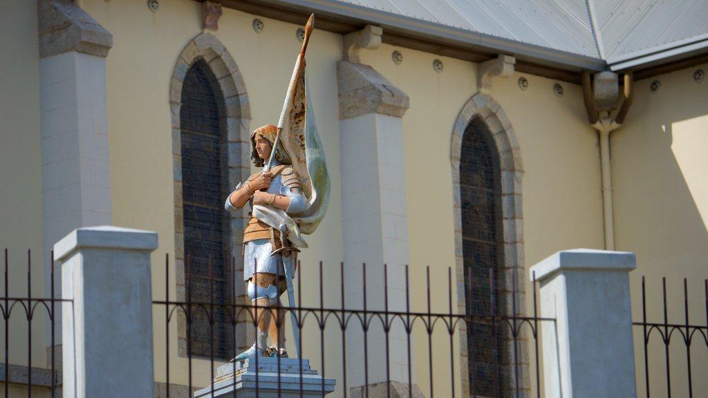 Catedral de Noumea que incluye una estatua o escultura