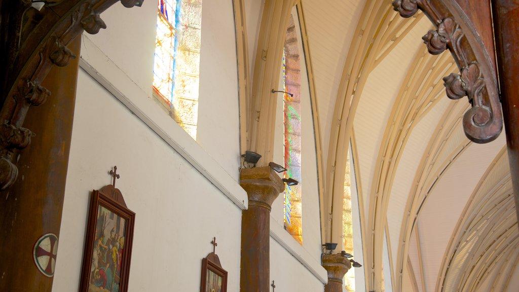 Catedral de Noumea mostrando una iglesia o catedral y vistas interiores