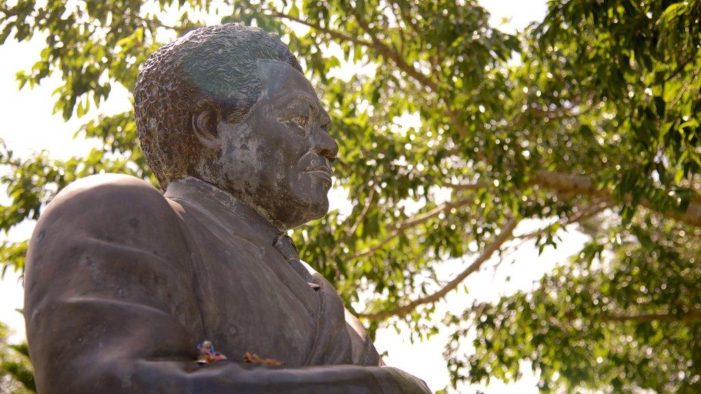 Centro Cultural Jean-Marie Tjibaou ofreciendo una estatua o escultura