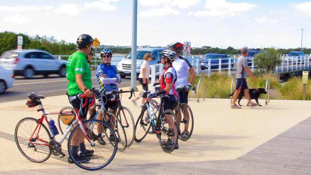Barwon Heads que incluye ciclismo de carretera y también un gran grupo de personas