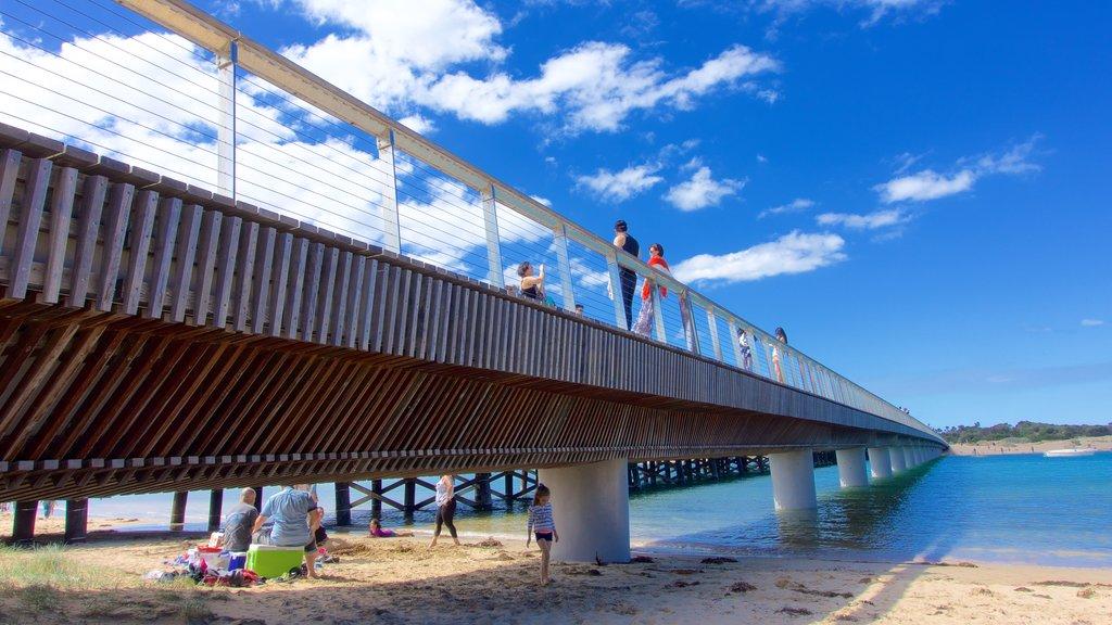 Barwon Heads ofreciendo un puente y una playa