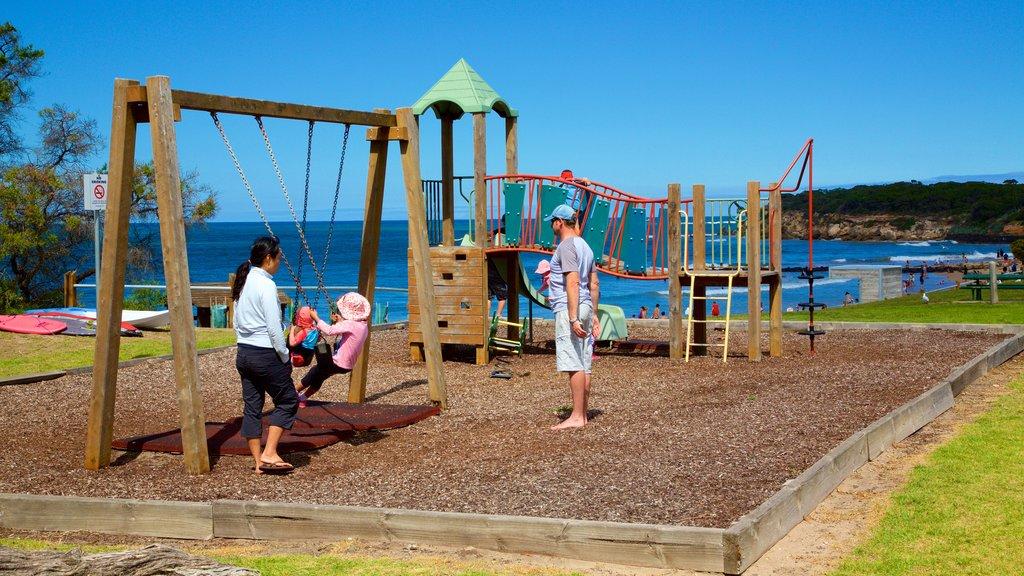 Point Lonsdale mostrando un parque infantil y también una familia