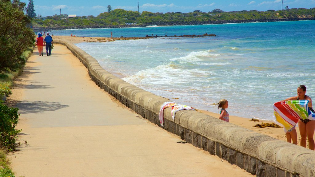 Point Lonsdale ofreciendo senderismo o caminata y una playa
