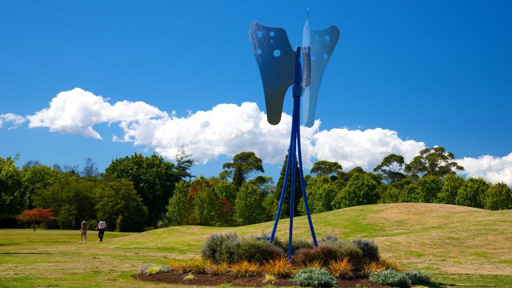 Government Gardens que incluye arte al aire libre y un jardín