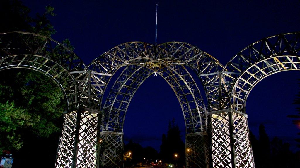 Government Gardens que incluye arte, un parque y escenas nocturnas