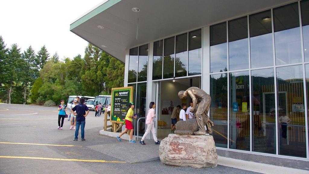 Agrodome ofreciendo una estatua o escultura y también un pequeño grupo de personas