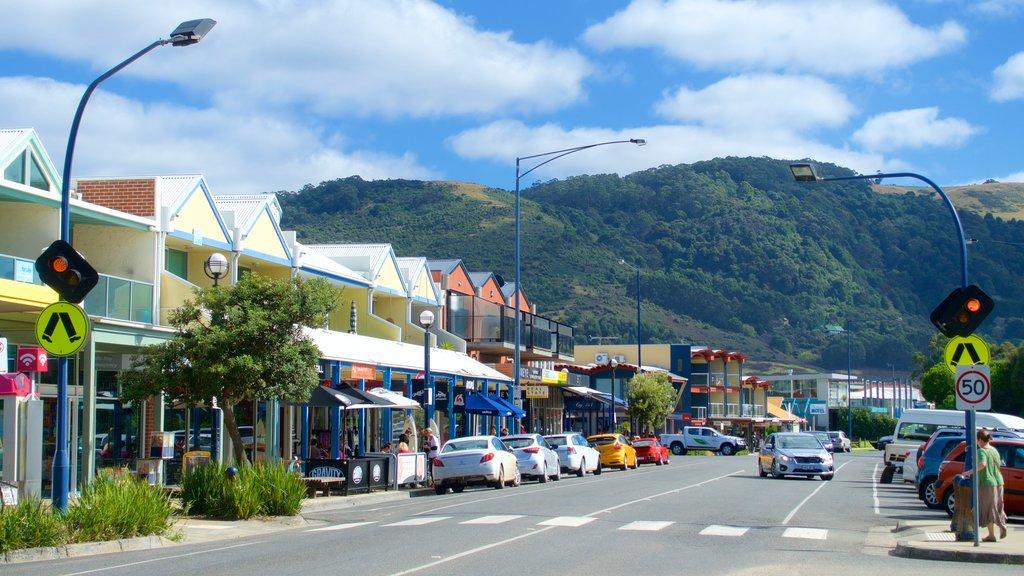 Apollo Bay which includes street scenes