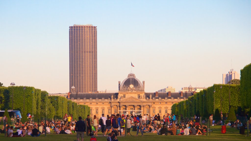 Champ de Mars showing a garden and heritage elements as well as a large group of people