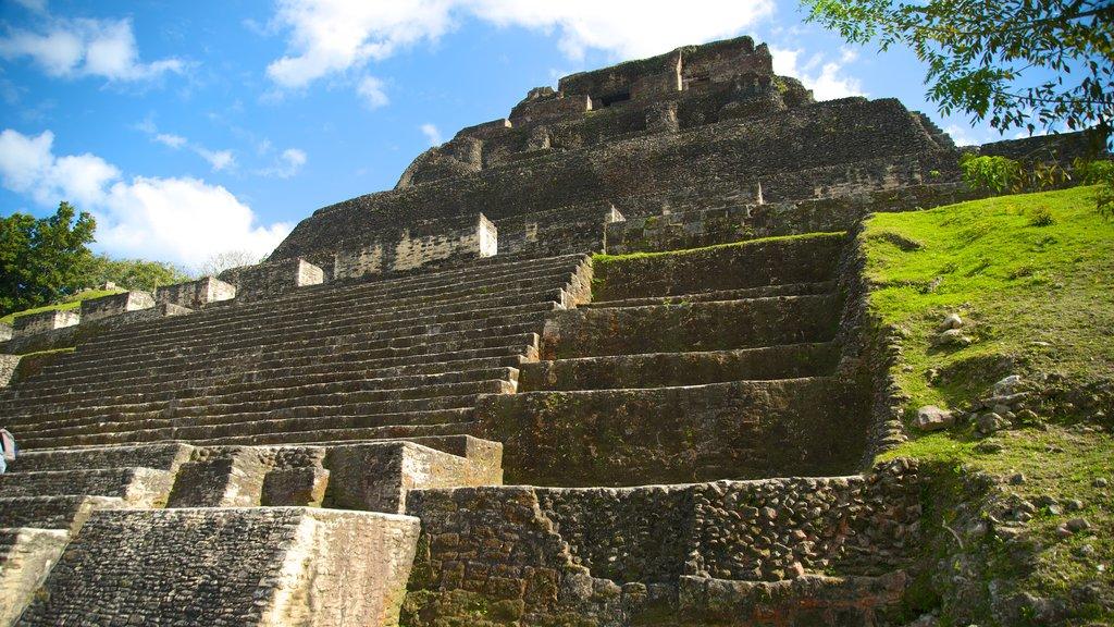 Yacimiento arqueológico Xunantunich que incluye cultura indígena y elementos del patrimonio