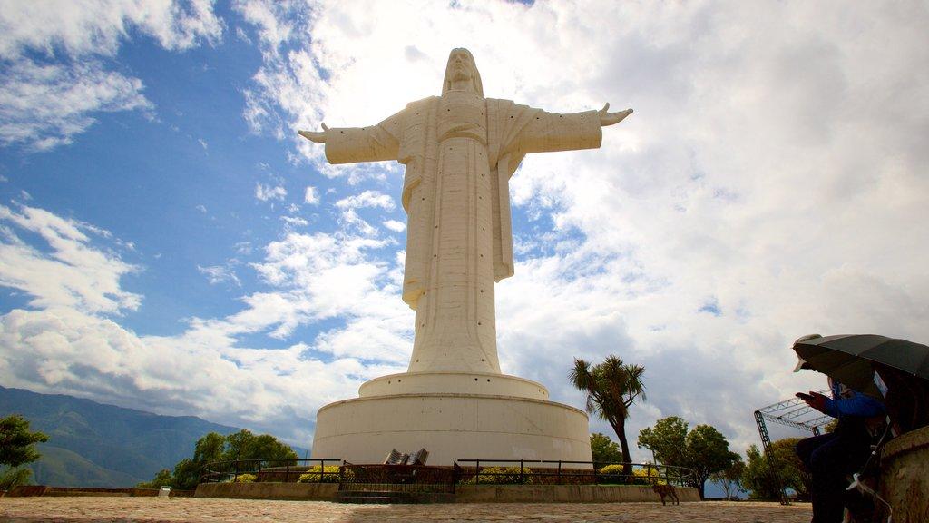 Cristo de la Concordia mostrando aspectos religiosos y una estatua o escultura