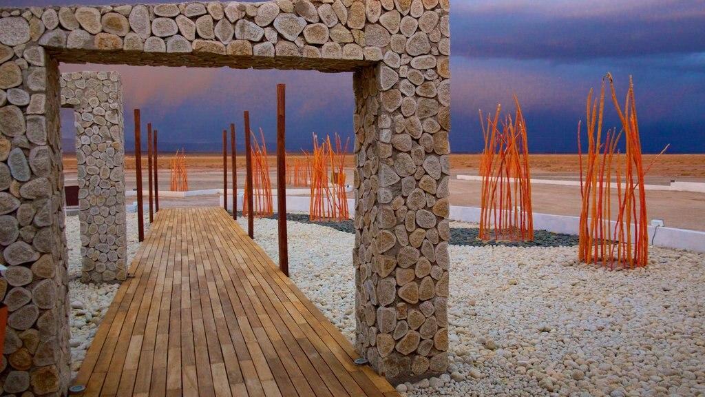 Uyuni que incluye arquitectura moderna