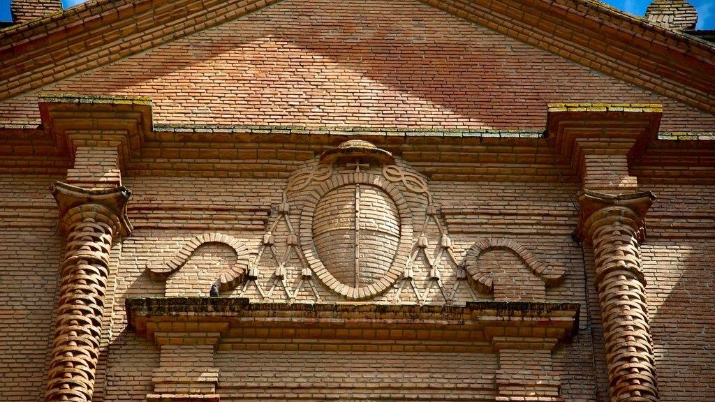 Catedral de San Lorenzo que incluye patrimonio de arquitectura, elementos del patrimonio y una iglesia o catedral