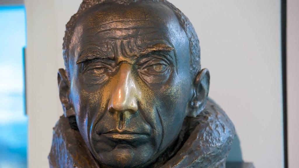 Canterbury Museum que incluye una estatua o escultura