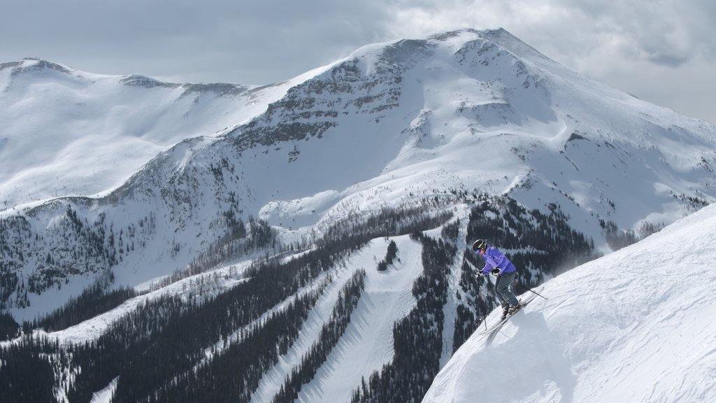 Lake Louise Mountain Resort featuring snow skiing, snow and mountains