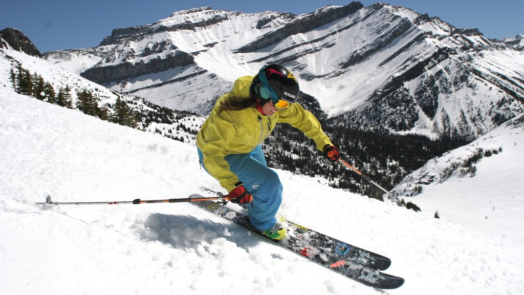 Lake Louise Mountain Resort which includes snow skiing, snow and mountains