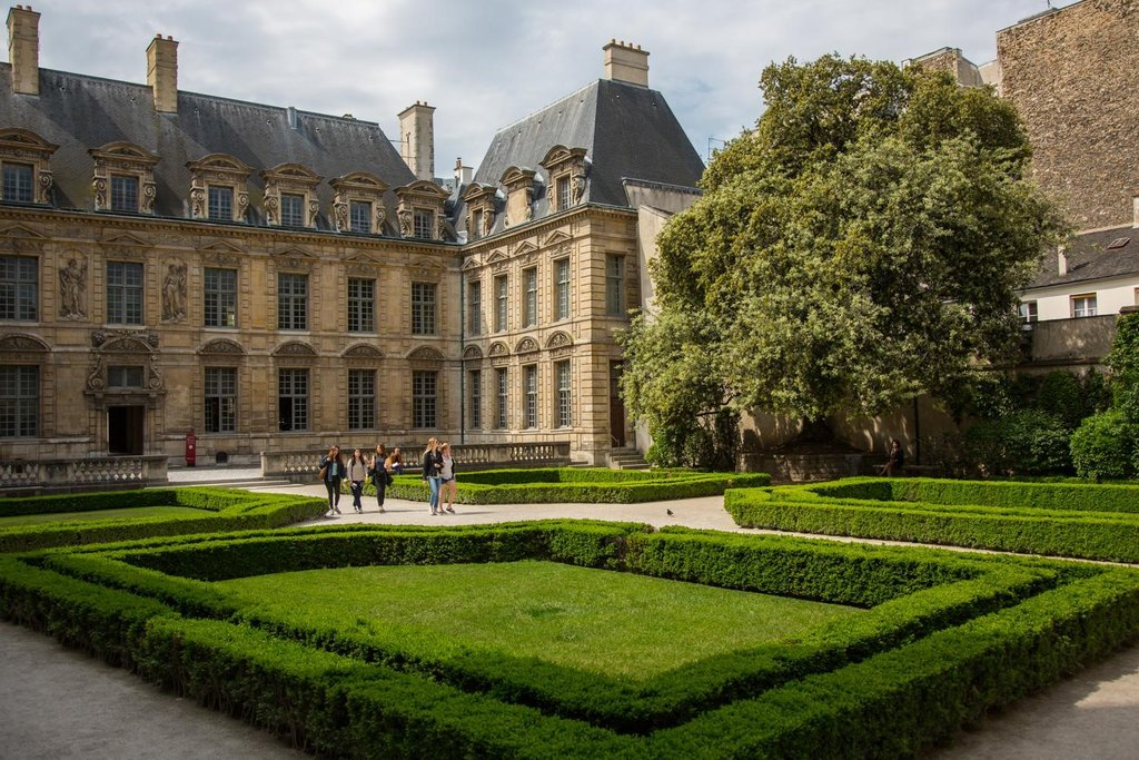 Jardin Hôtel de Béthune-Sully - 75004 Paris.jpg