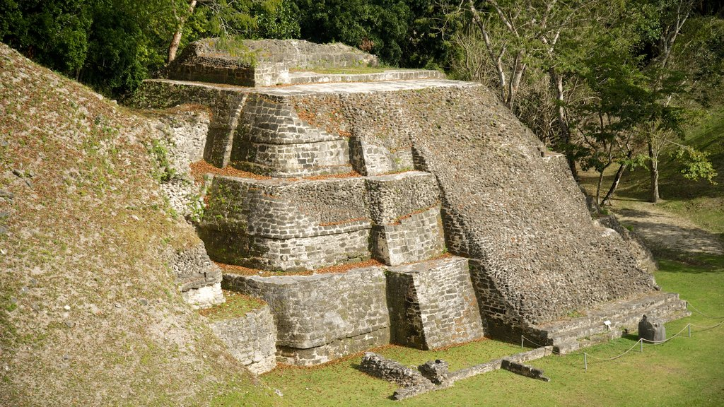 Yacimiento arqueológico Xunantunich que incluye elementos del patrimonio y un monumento