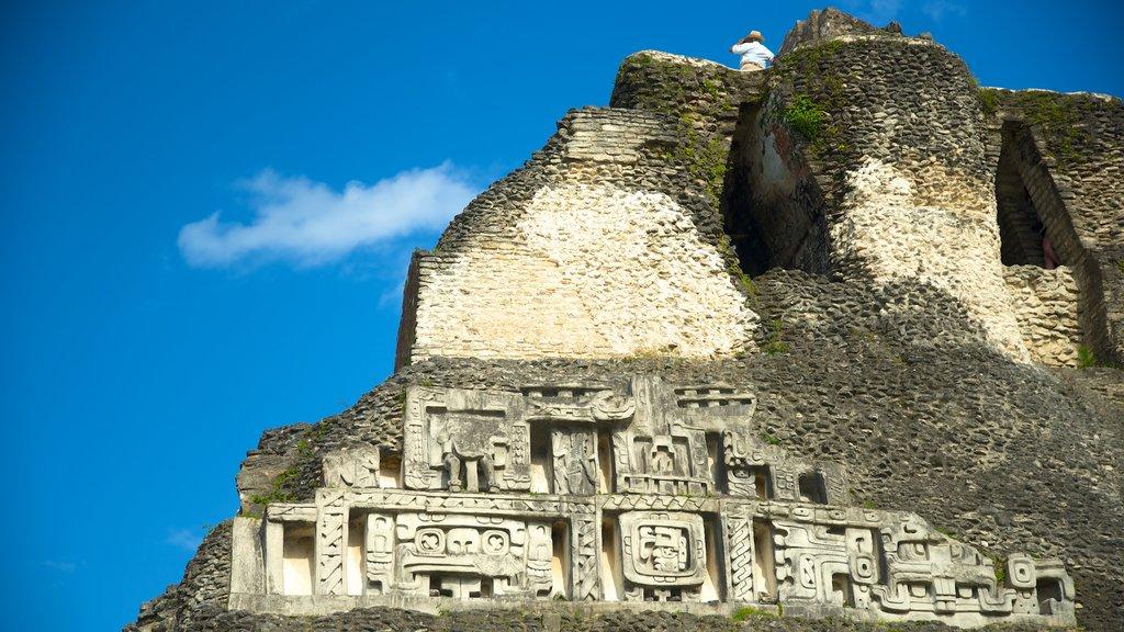 Yacimiento arqueológico Xunantunich ofreciendo elementos del patrimonio y un monumento