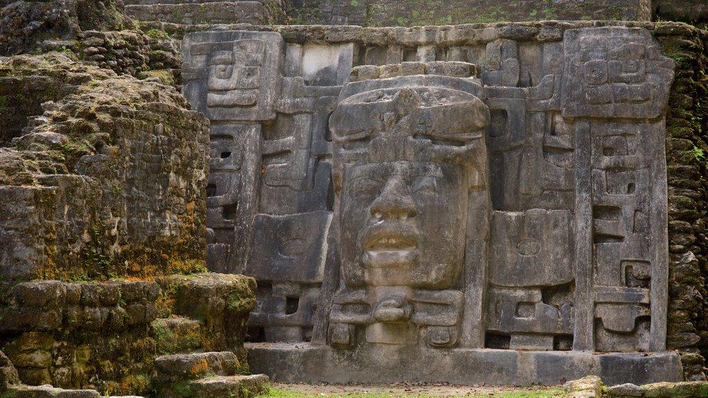 Lamanai que incluye una estatua o escultura y elementos del patrimonio