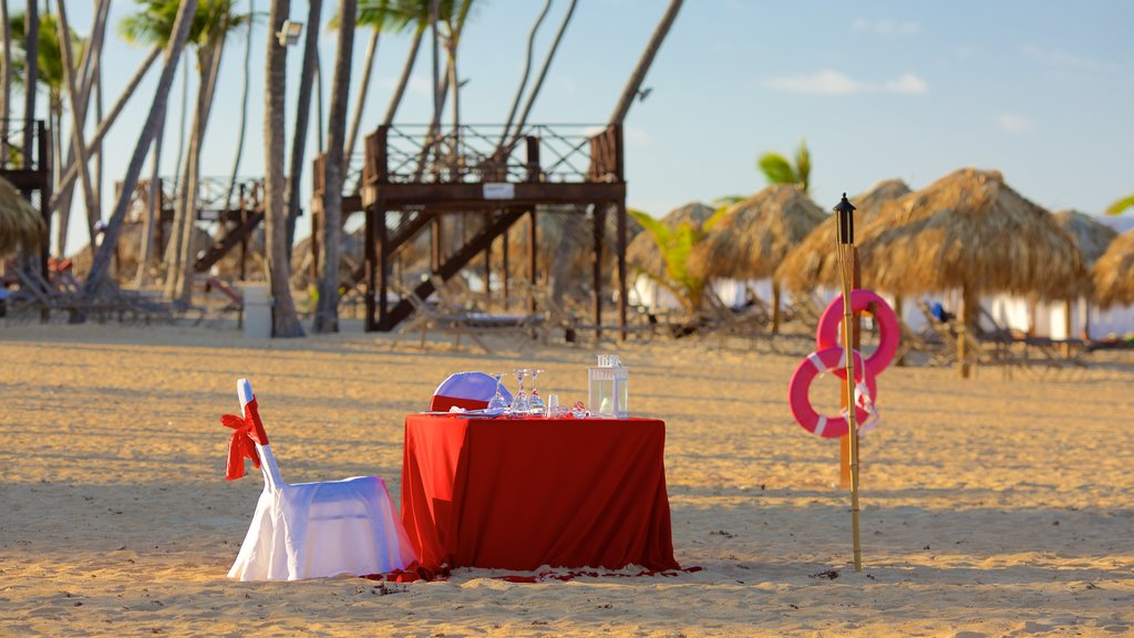 Uvero Alto showing dining out, a sandy beach and outdoor eating