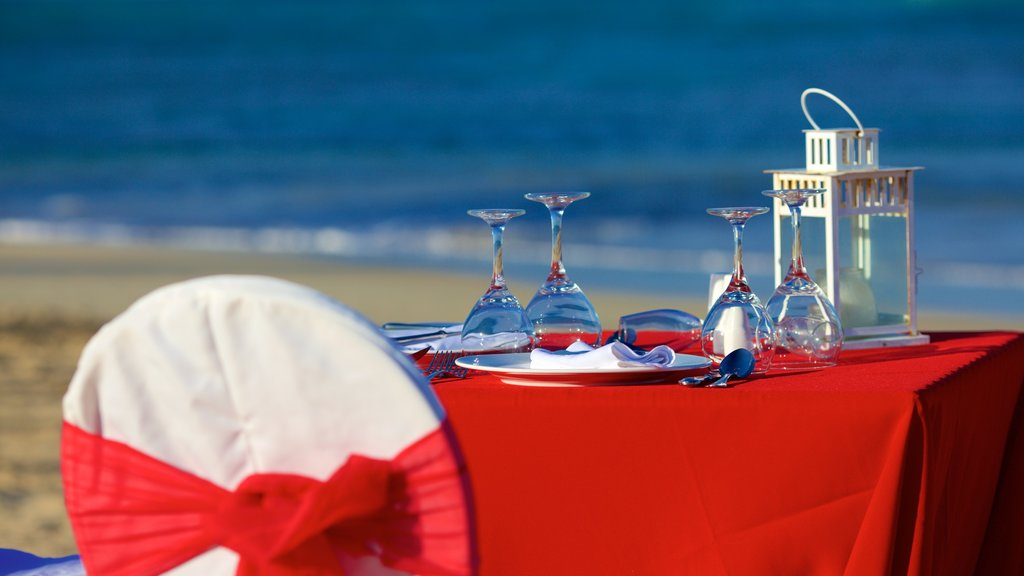 Uvero Alto showing a beach, dining out and outdoor eating