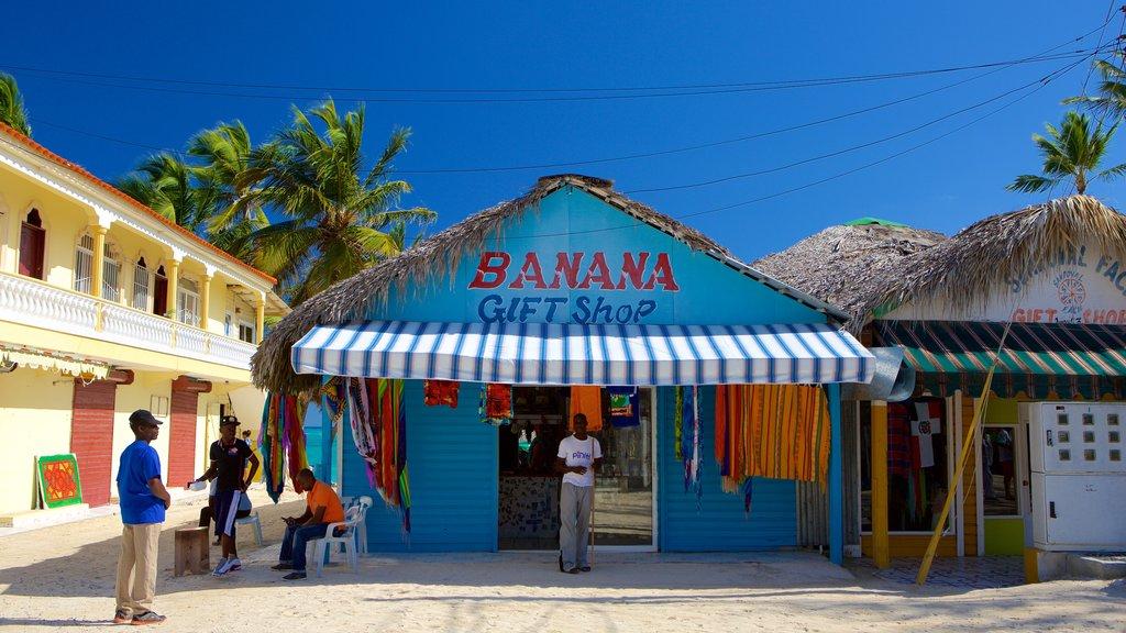 Playa Cortecito ofreciendo compras y también un pequeño grupo de personas