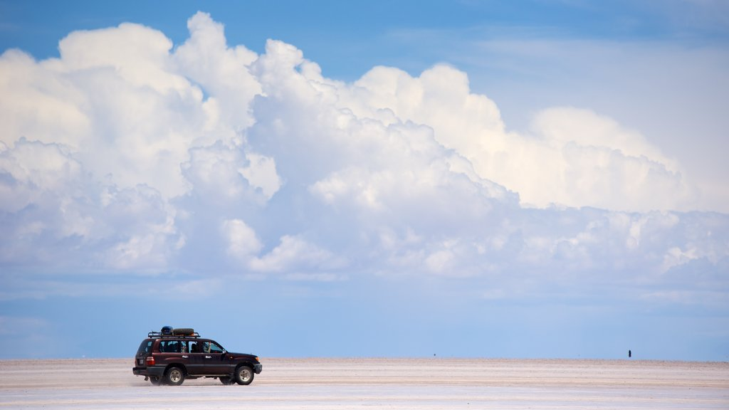 Salar de Uyuni showing landscape views and tranquil scenes
