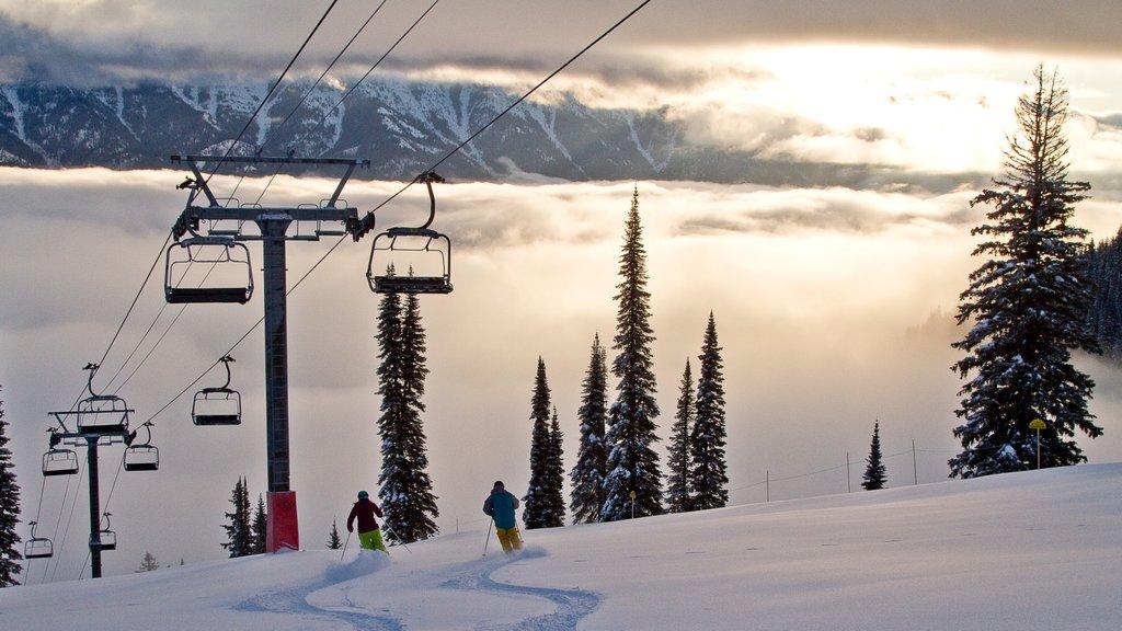 Fernie Alpine Resort showing snow skiing, landscape views and a gondola