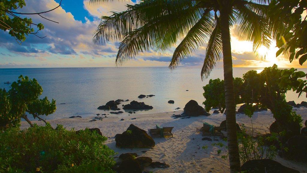 Aitutaki que incluye una playa, escenas tropicales y una puesta de sol