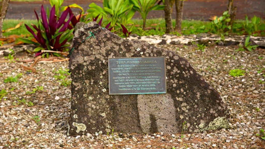 Ngatangiia ofreciendo señalización y un monumento
