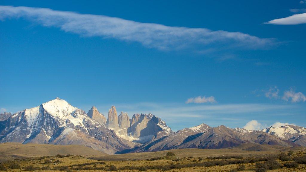 Parque Nacional Torres del Paine que incluye montañas, vistas de paisajes y escenas tranquilas