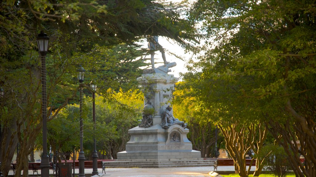 Plaza Munoz Gamero which includes a statue or sculpture and a park