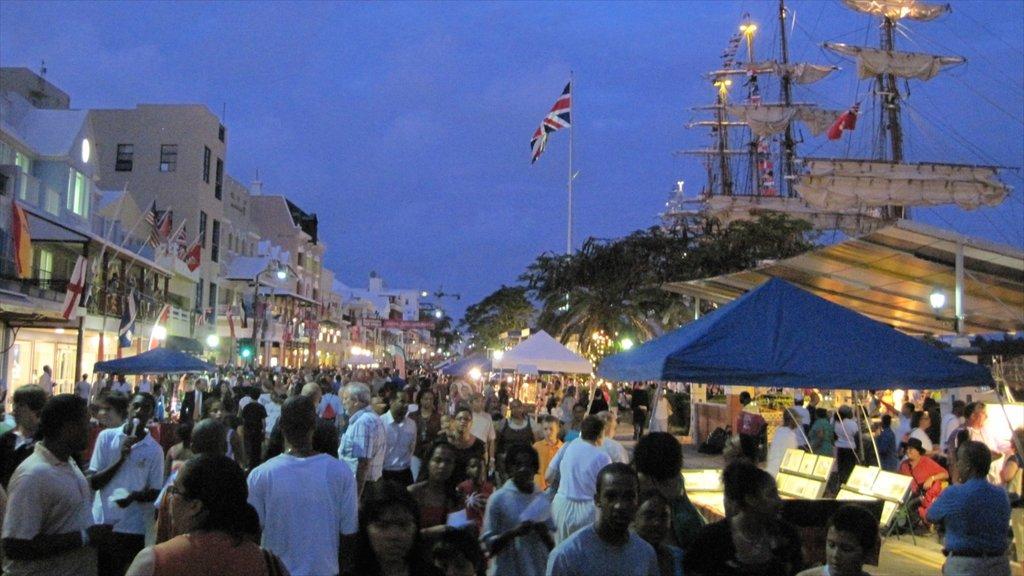 Bermudas que incluye escenas nocturnas y mercados y también un gran grupo de personas
