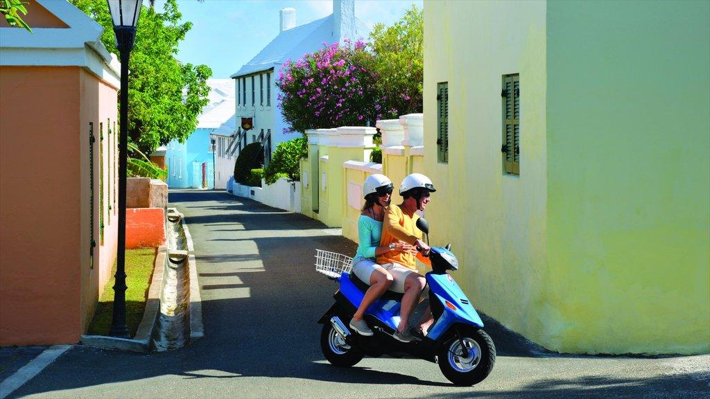 Bermudas ofreciendo paseos en moto y también una pareja
