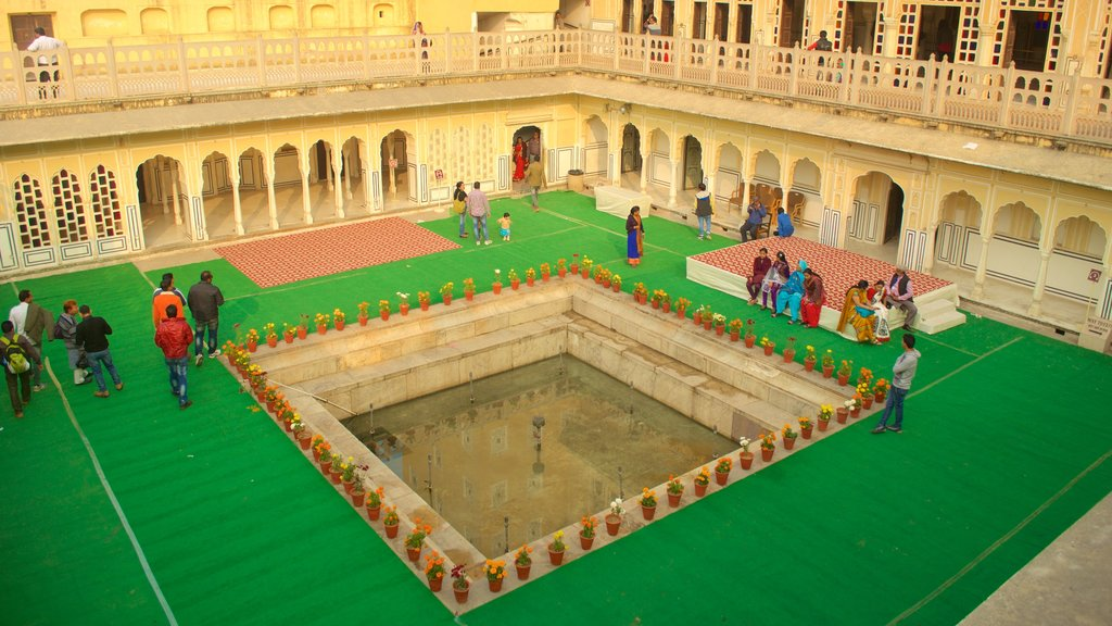 Hawa Mahal showing a fountain as well as a large group of people