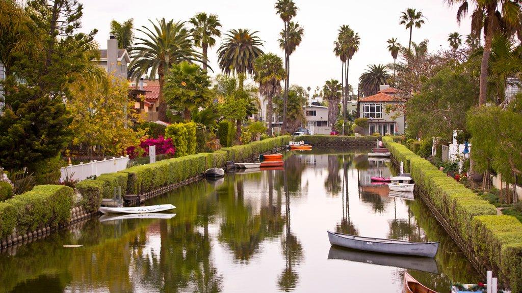 Playa de Venice ofreciendo kayak o canoa y un río o arroyo