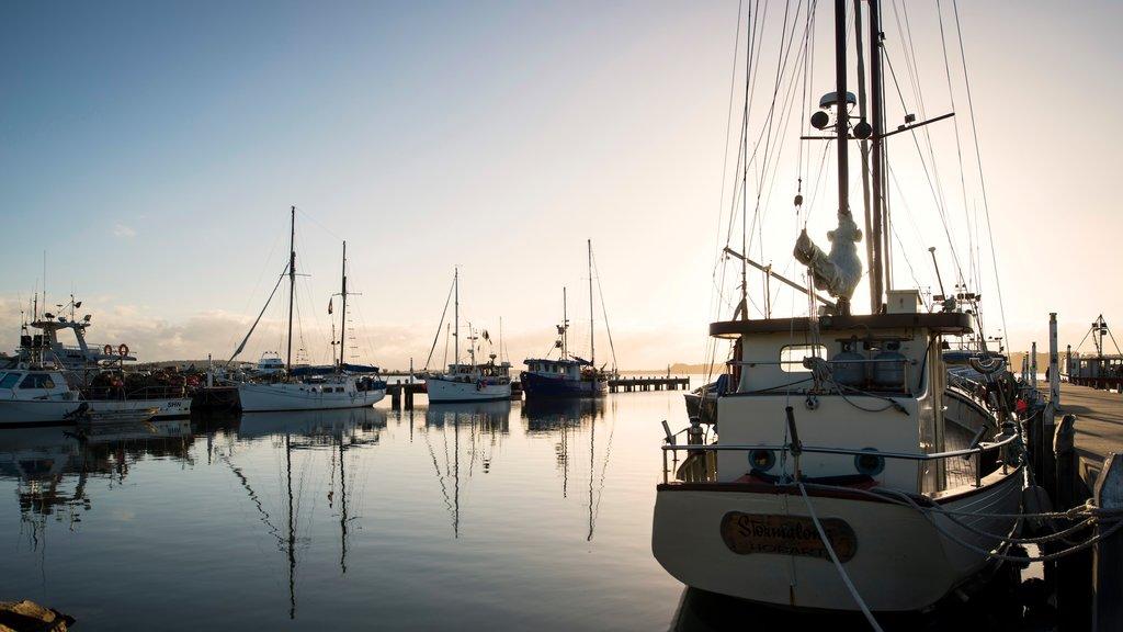St. Helens que incluye una puesta de sol, paseos en lancha y una bahía o puerto