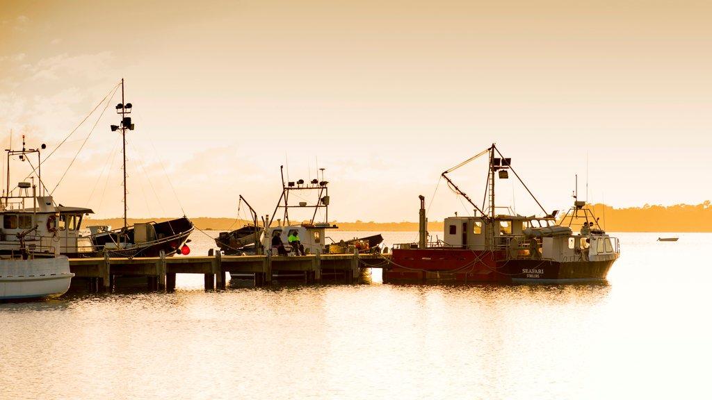 St. Helens mostrando paseos en lancha, una puesta de sol y una bahía o puerto