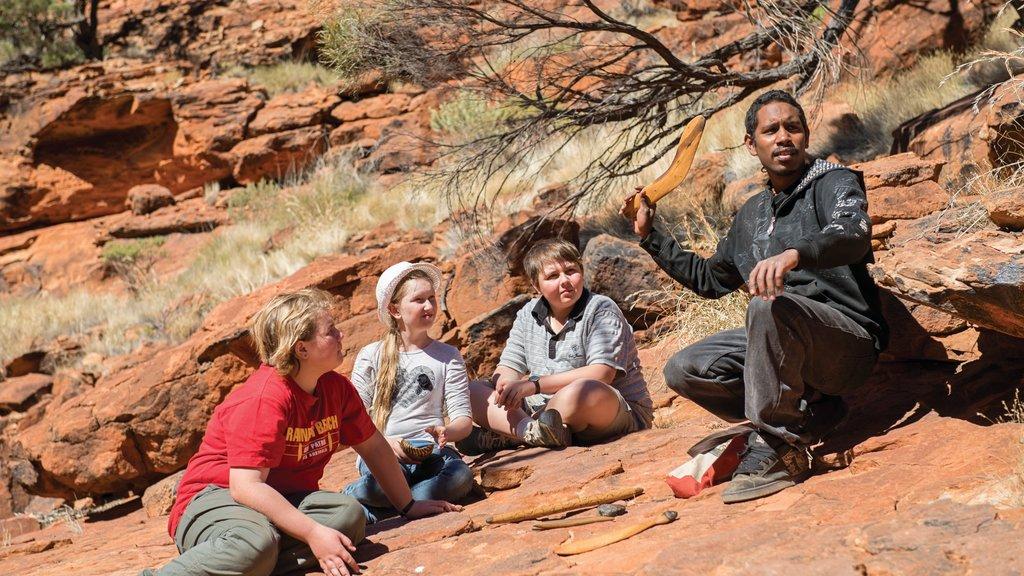 Uluru mostrando vistas al desierto y también niños