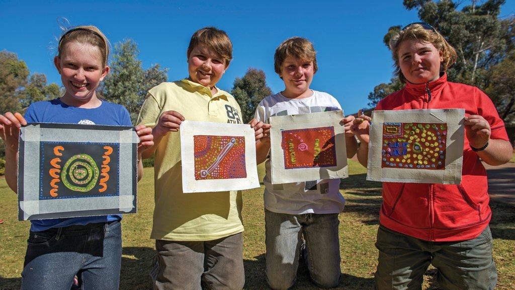 Parque Nacional Uluru-Kata Tjuta ofreciendo arte y cultura indígena y también niños