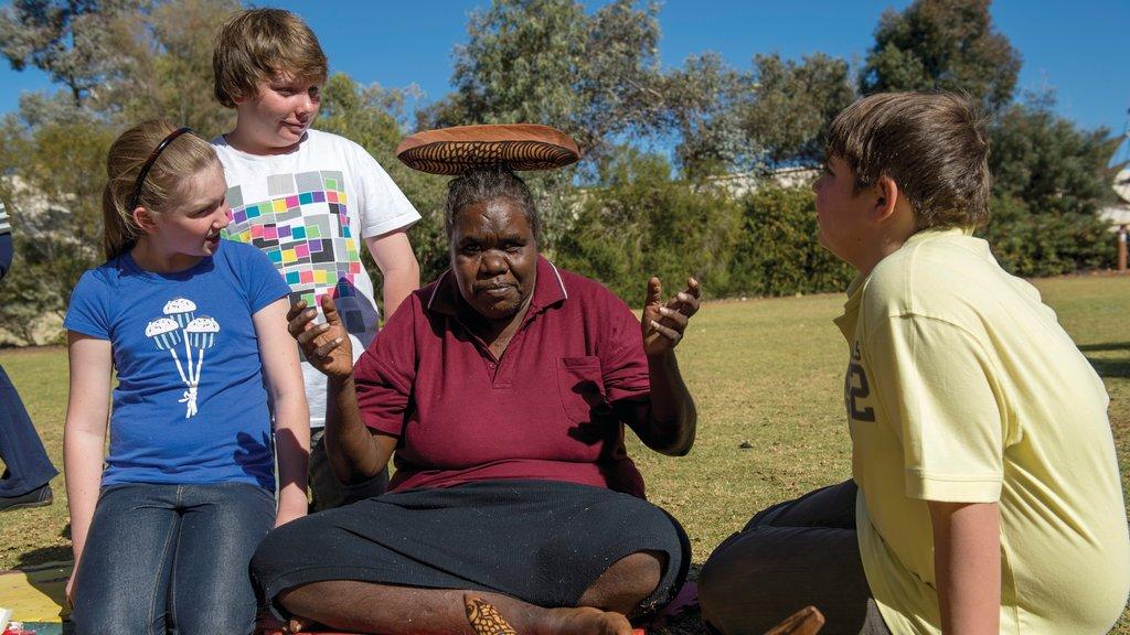 Parque Nacional Uluru-Kata Tjuta ofreciendo cultura indígena y también un pequeño grupo de personas