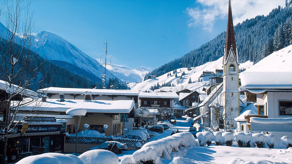 Hintertux featuring mountains, snow and a small town or village