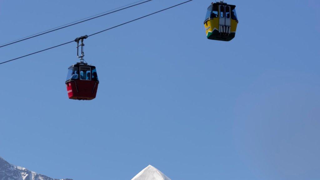 Lauterbrunnen showing a gondola