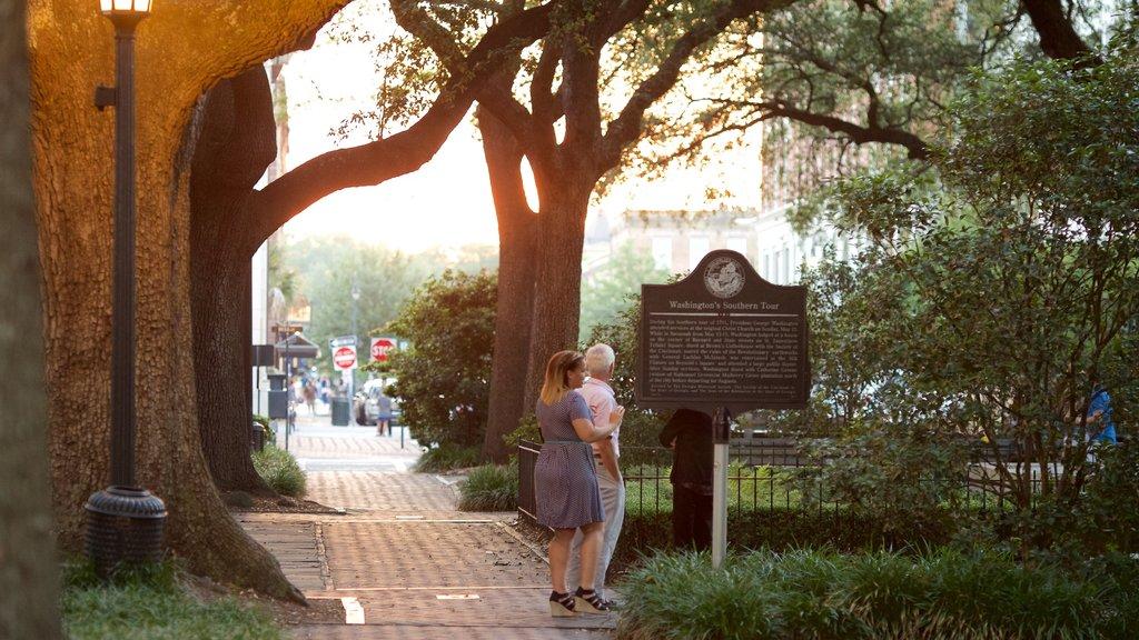 Johnson Square ofreciendo un jardín y también una pareja
