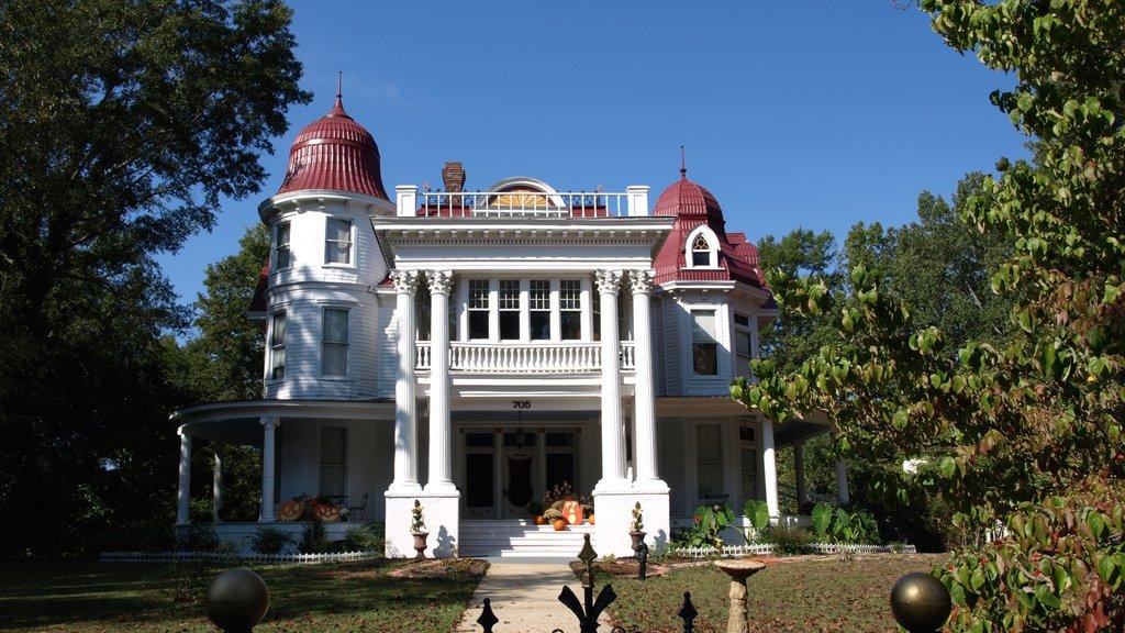 Monticello ofreciendo patrimonio de arquitectura y una casa
