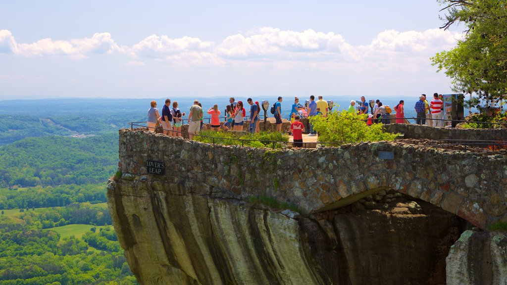 Lookout Mountain ofreciendo vistas y escenas tranquilas y también un gran grupo de personas
