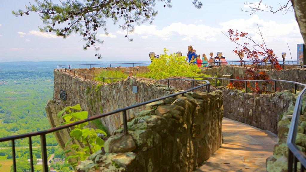 Lookout Mountain ofreciendo escenas tranquilas y vistas y también un pequeño grupo de personas